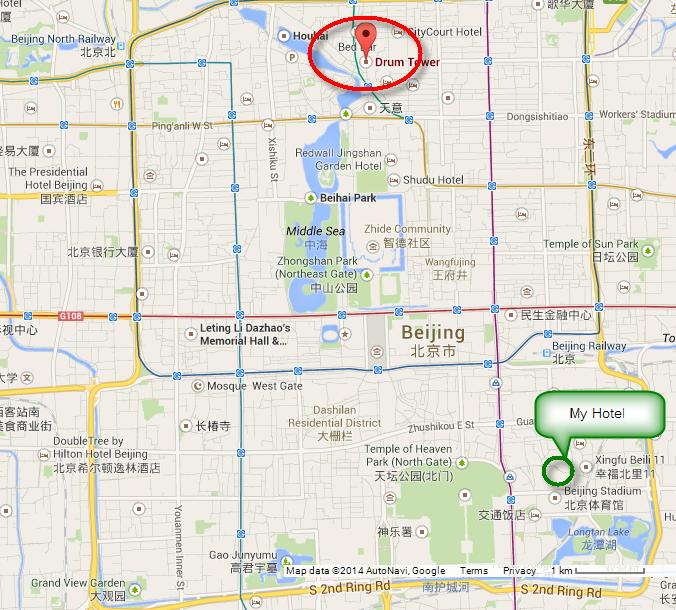 วงกลมสีแดงด้านบนคือตำแหน่งที่จอดรถบัสซึ่งอยู่ข้างๆหอกลอง. วงกลมสีเขียวด้านล่างคือตำแหน่งโรงแรมของเรา.
