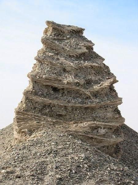 ภาพตัวอย่างกำแพงเมืองจีนส่วนอื่นๆ ที่ถูกสร้างจากดินเหนียวและฟางซ้อนทับกันหลายๆชั้น (ภาพจากแหล่งอื่นนะครับ)